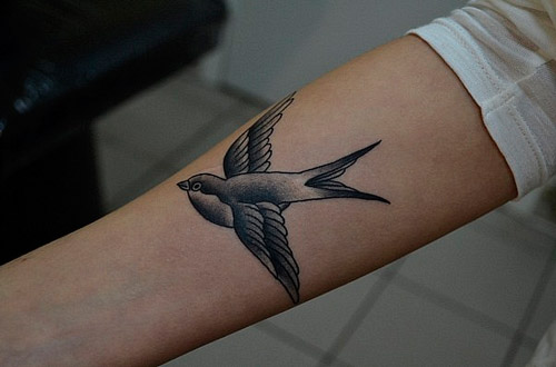 Значение татуировки ласточка на шее, запястье у девушки 66